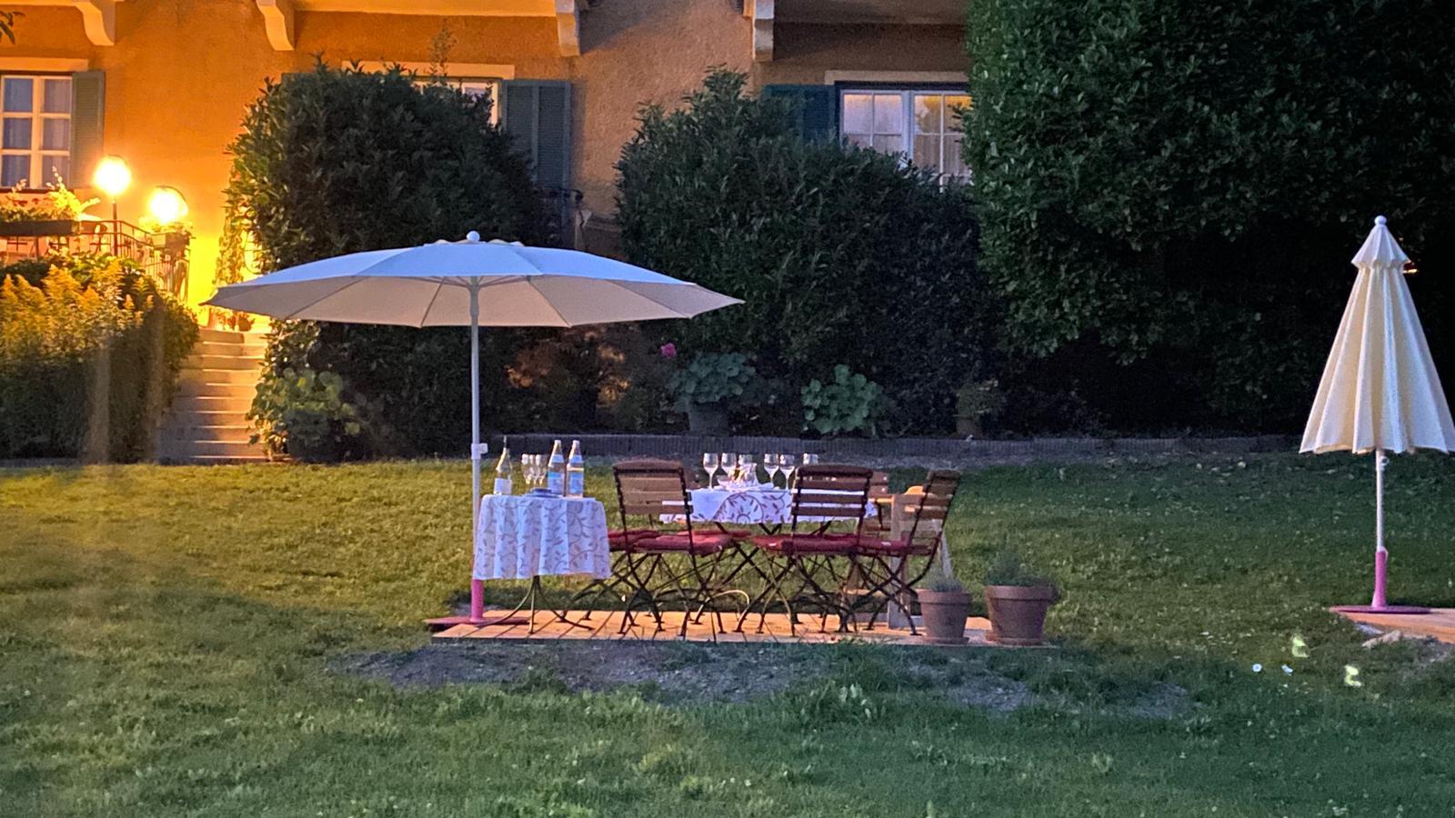 Gartenterrasse Essen in Abendstimmung